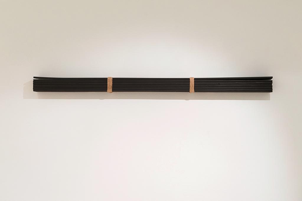 CGB_Como tizón quemado. Carbón y grafito sobre madera, cuerda, metal y sayal. Instalación_vista xeral_ 2015